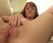 Zoccola perversa si masturba la figa con un dildo grosso