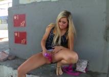 Masturbazione in un luogo pubblico con una bionda eccitata